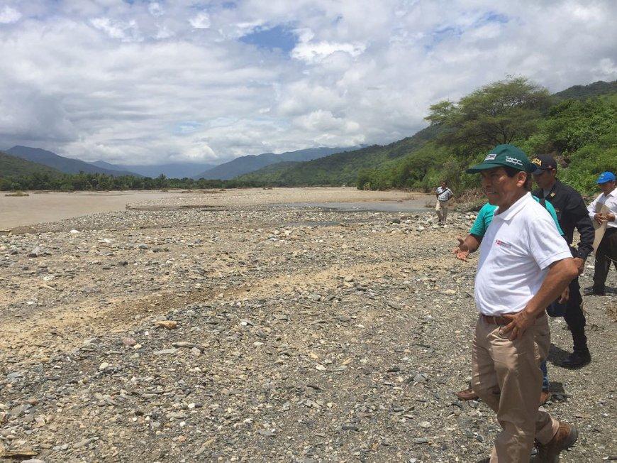 Ministro de Agricultura visitando zona del desastre