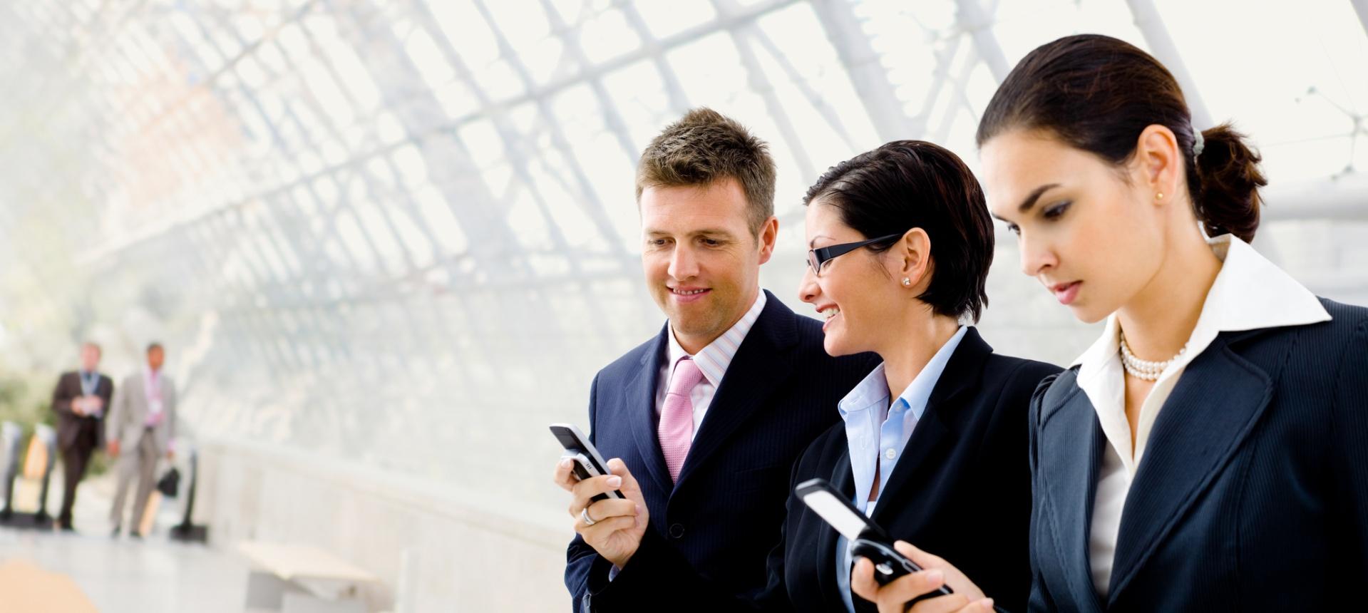 Businesspeople using mobile phone | foto prensa telco