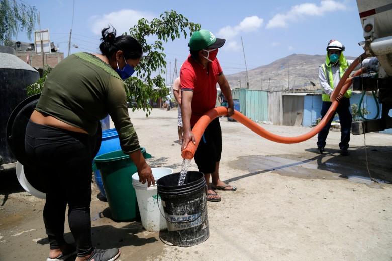 Ministro de Vivienda , Construcción y Saneamiento , supervisa la entrega gratuita de agua a Nueva Rinconada y Manchay .